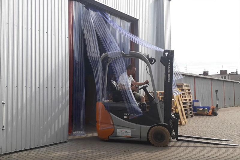 ZAstosowanie kurtyny paskowej ochronnej z folii PCV żebrowanej w bramach o dużym natężeniu ruchu mechanicznego