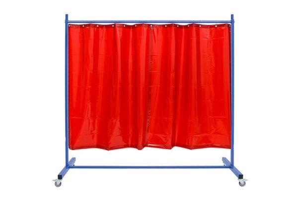 arkusz spawalniczy czerwony zamocowany za pomocą haczyków stalowych na ramie stelaża mobilnego