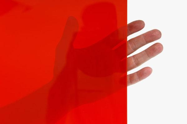 Arkusz spawalniczy czerwony o najwyższym poziomie przezroczystości foltrujący promieniowanie ppodczerwone a także ultrafioletowe