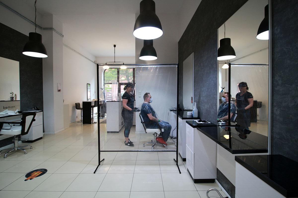 przegroda ochronna antywirusowa do salonu fryzjerskiego gabinetu kosmetycznego restauracji czy kawiarni