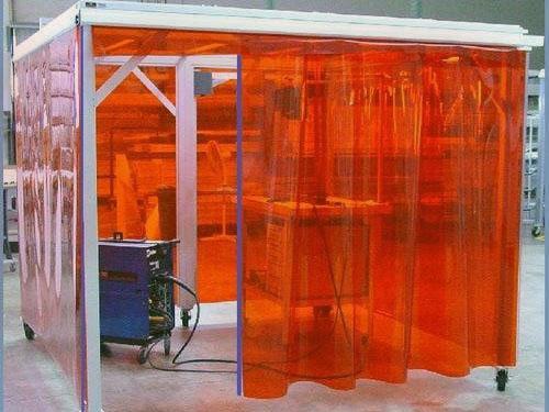 Przezroczyste ściany kabiny z zasłon spawalniczych czerwonych, przejrzystych